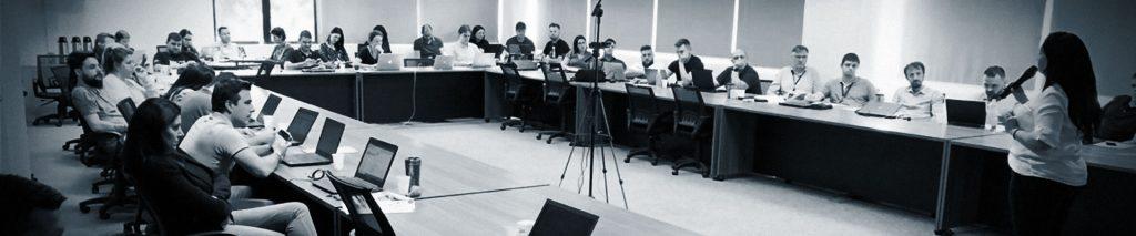 Diversos colaboradores reunidos durante uma palestra de conscientização para a empresa CWI, em São Leopoldo. Márcia Gonçalves ao centro.